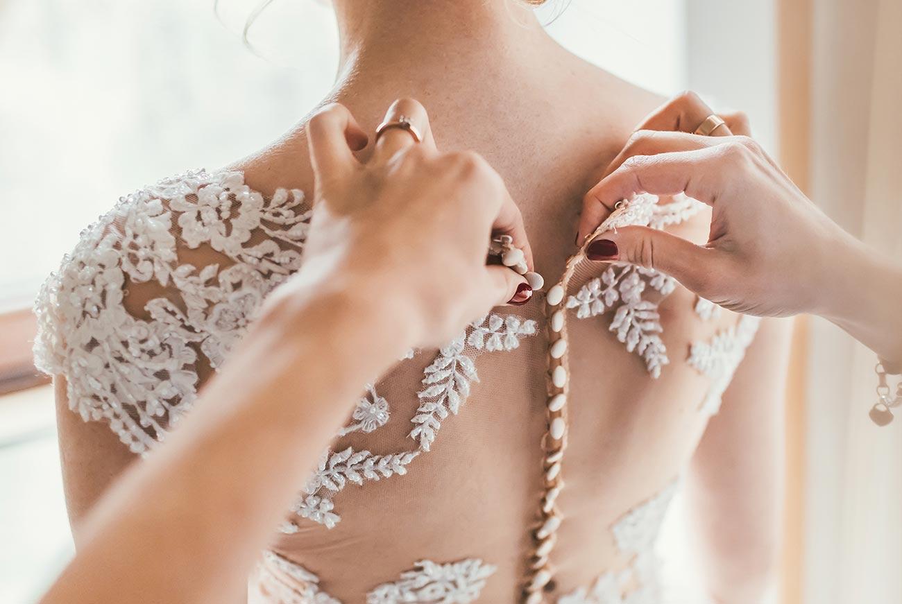 essayage de la robe de mariée sur mesure
