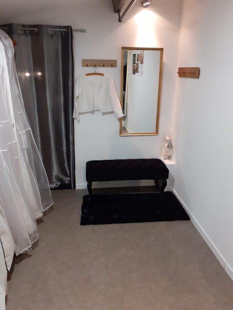 cabine d'essayage pour les vêtements retouchés ou conçus dans l'atelier